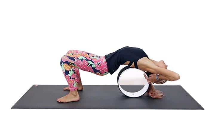 Прогиб в спине с колесом для йоги