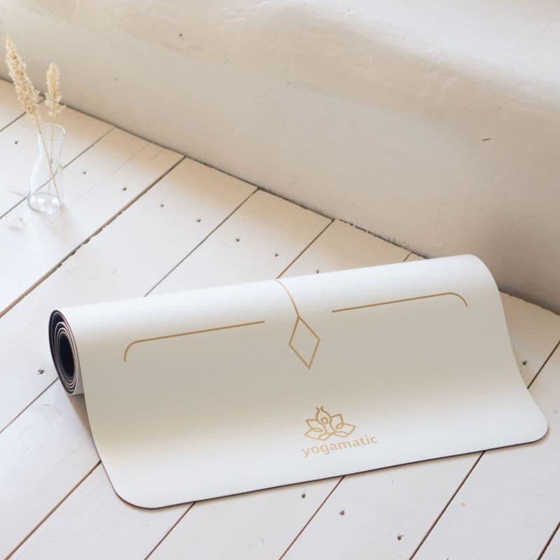 Белый коврик для йоги с лотосом фото