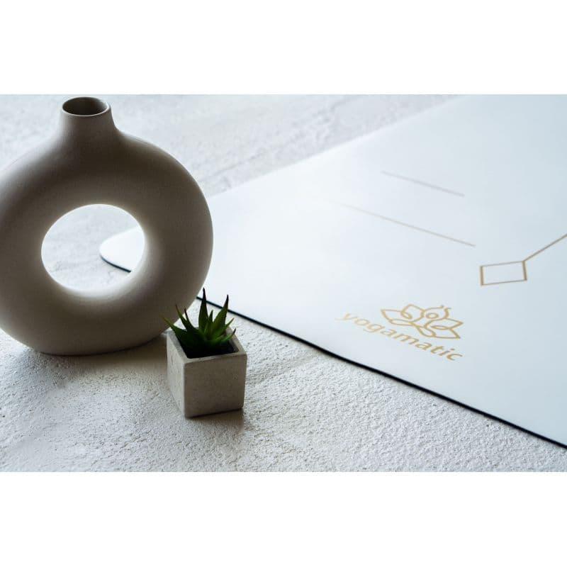 Белый коврик для йоги фото