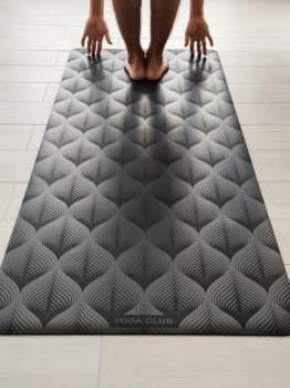 Коврик для йоги LEAF BLACK 4,5 мм 68х185 см Yoga Club из каучука с покрытием NON SLIP